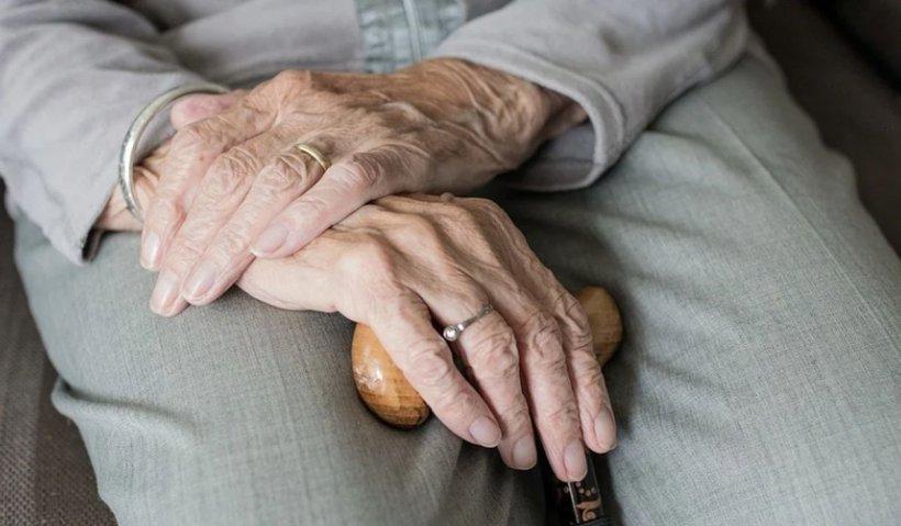 Pensionară la un pas să fie înşelată cu mii de euro de doi români în Austria. Un bancher a anunţat poliţia