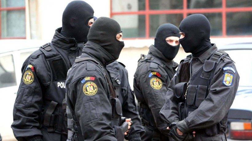 Șeful Poliției de frontieră Mehedinți, luat pe sus de mascați. Peste 150 de percheziții într-un dosar de trafic ilegal de țigări