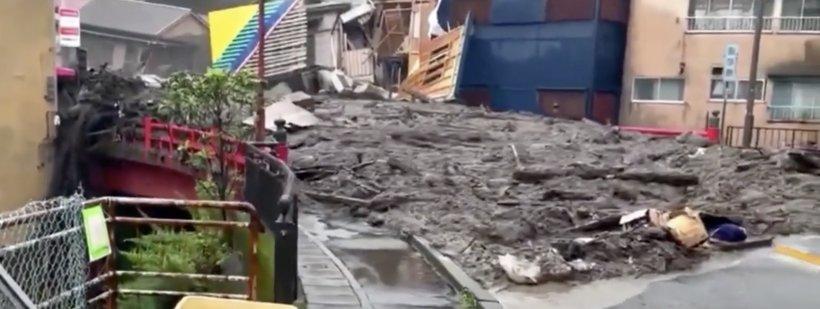 Un val uriaș de noroi a înghițit mai multe case și mașini. Cel puțin 20 de persoane au fost date dispărute în Japonia