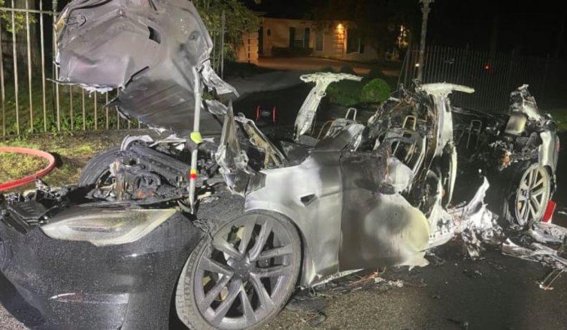 Ultimul model Tesla de lux a ars ca o torță, după ce a luat foc în mers, pe o stradă din SUA. Șoferul a rămas blocat în mașină