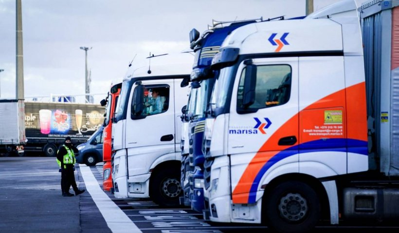 Marea Britanie a intrat în criză de șoferi de tir. Zeci de camioane zac în parcare, în lipsă de personal