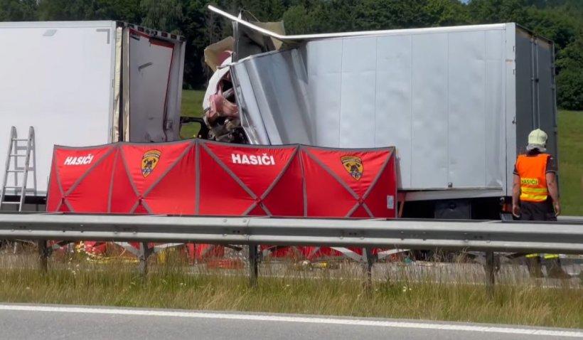 Şofer român, strivit în cabina camionului după un impact devastator cu un TIR, în Cehia