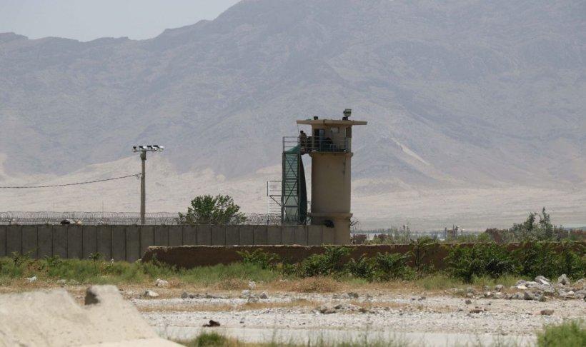 Trupele SUA s-au retras din baza Bagram fără a-i anunța pe oficialii afgani. Ulterior, baza a fost jefuită