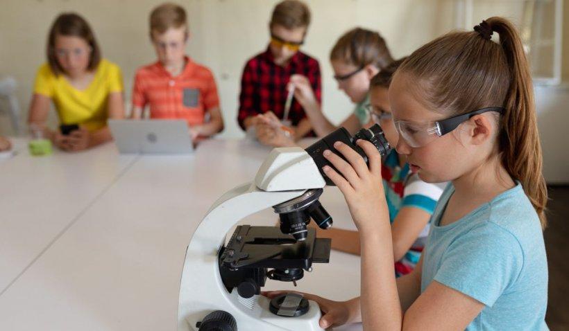 Școală de vară gratuită, pentru copii și tineri, cu zeci de activități recreaționale și educative
