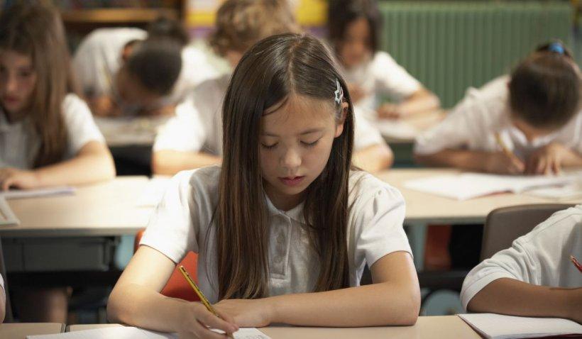 Elevii claselor primare ar putea fi evaluați anual. Învățătorii vor fi plătiți în funcție de performanța copiilor