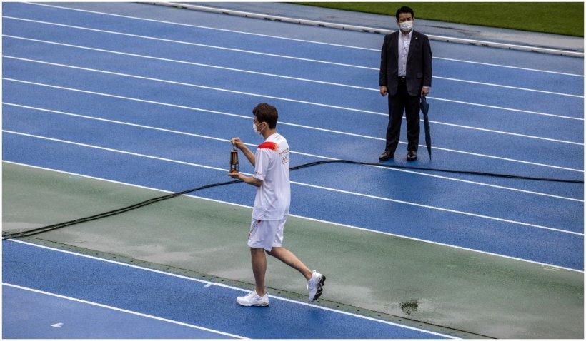 Flacăra olimpică a ajuns la Tokyo, vineri. A fost întâmpinată de un stadion gol și de ploaie