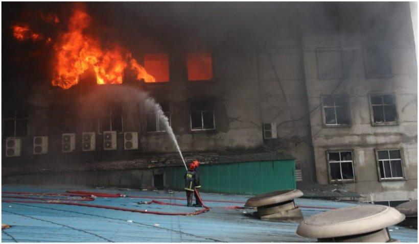 Cel puţin 52 de morţi și 30 de răniţi într-un incendiu la o fabrică în Bangladesh. Muncitorii au sărit pe geam pentru a se salva
