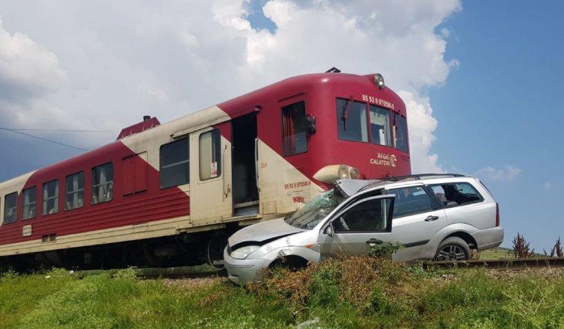 Cuplu, la un pas de moarte, după ce mașina lor a fost lovită de un tren în Iași. Șoferul a sărit din autovehicul
