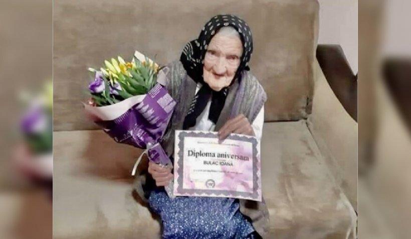 La 100 de ani, o femeie a primit un premiu de 500 de lei de la Casade Ajutor Reciproc a Pensionarilor din Curtea de Argeș