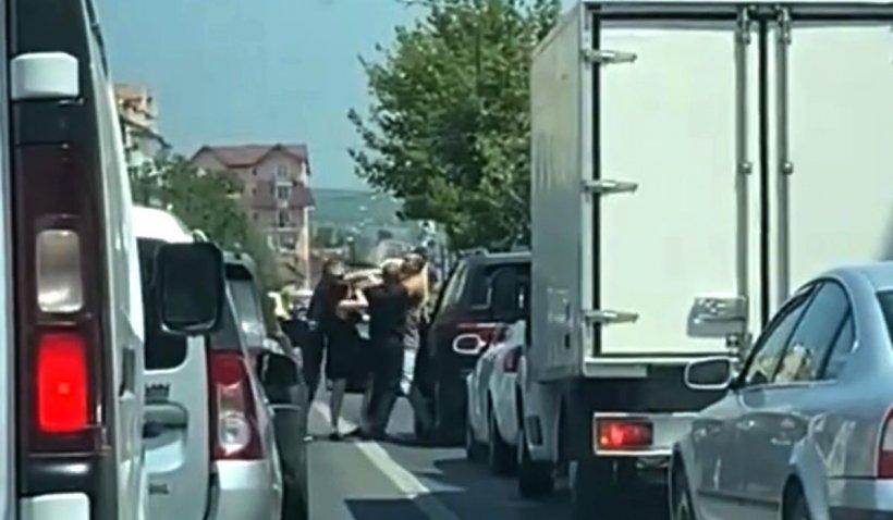 Şofer cu BMW, bătut de doi bărbaţi la un semafor din Sibiu până s-a făcut verde