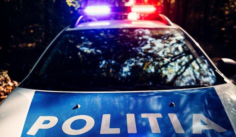 O tânără care i-a dat o lovitură sub centură unui poliţist a ajuns în fața judecătorilor. Condamnată cu amânarea aplicării pedepsei