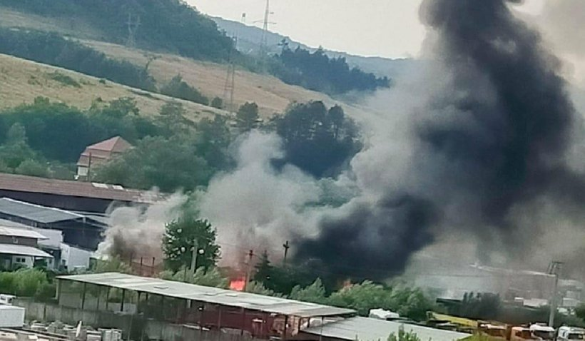 Incendiu la un depozit de materiale din Reşiţa. Unui pompier i s-a făcut rău în timpul intervenţiei