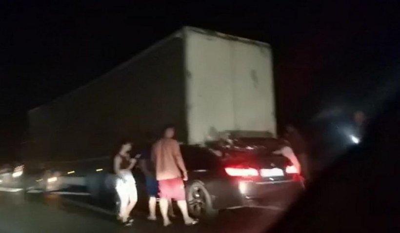Şoferul unui BMW cu volan pe dreapta a murit pe loc, după ce s-a înfipt în remorca unui TIR pe autostrada Soarelui