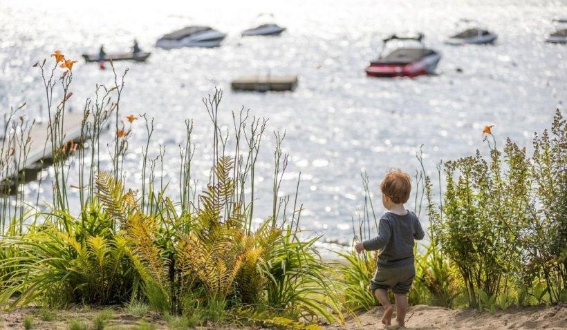 Un bebeluș din Moldova, înecat într-un lac după ce fratele său i-a împins căruciorul în apă