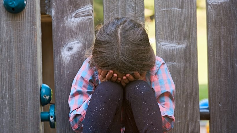 Două fetițe de 10 și 13 ani, violate la Bârlad. Una dintre victime este însărcinată în cinci luni. Bărbații, cercetați în libertate