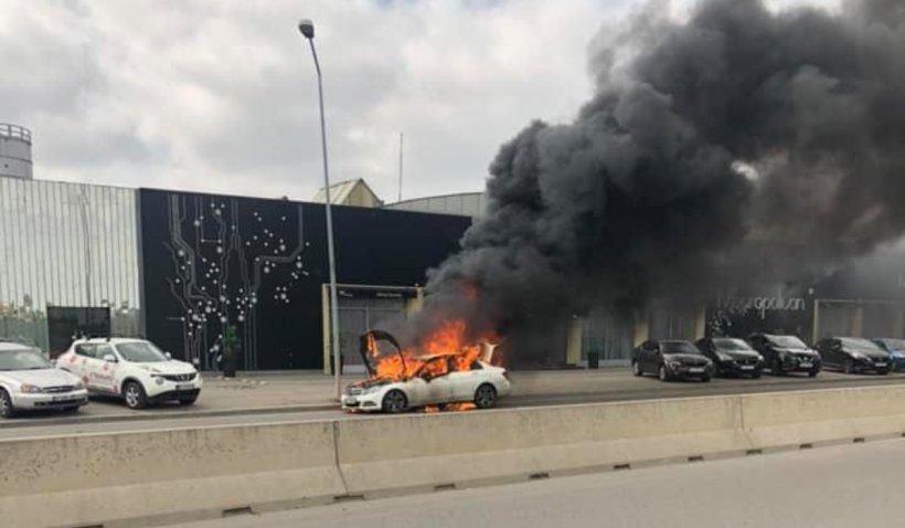 Mașină în flăcări, în fața Direcției de Înmatriculare a Vehiculelor Pipera, din Capitală