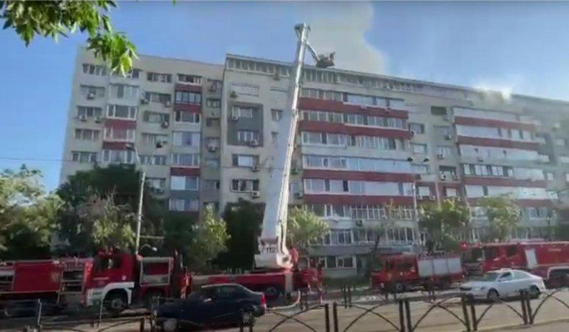 Incendiu la ultimul etaj al unui bloc din București. Zeci de persoane au fost evacuate