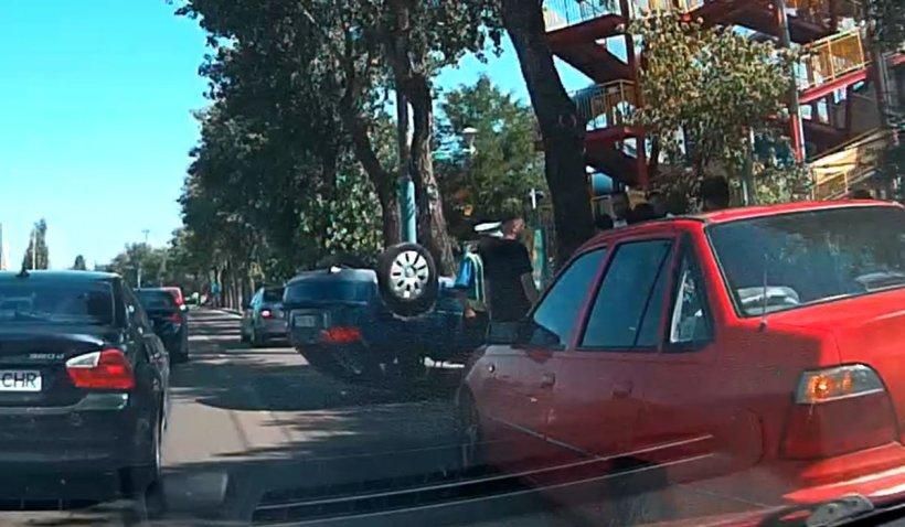 Maşină răsturnată şi izbită de un copac, accident în zona Aqua Magic din Mamaia
