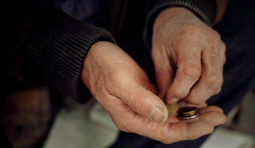 Un om al străzii din Botoşani a găsit o avere la gunoi şi a plătit taxiul din banii lui să ajungă la Poliţie