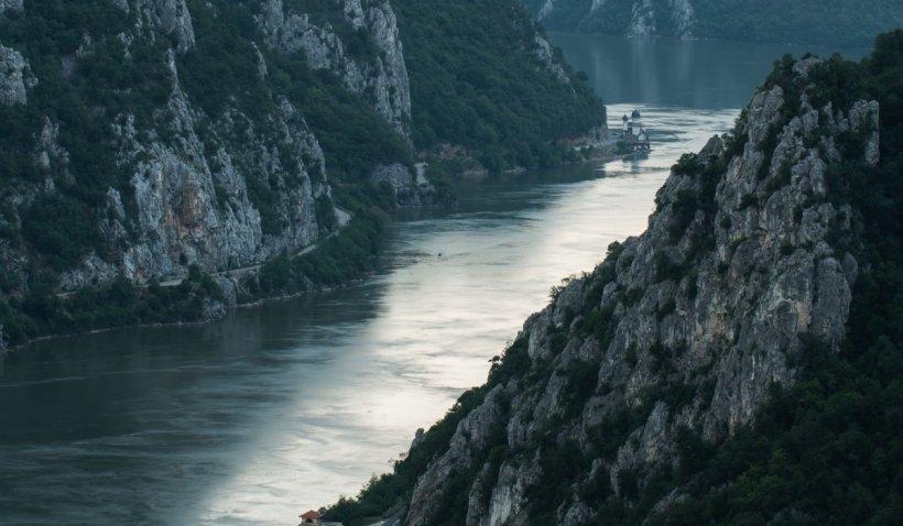 Tânăr student la Școala de Marină, a plecat singur să învețe să înoate și a dispărut în Dunăre. Scafandrii și pompierii îl caută