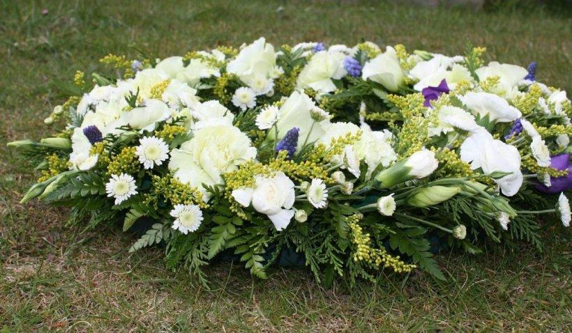 Preoții le cer credincioșilor să renunțe la coroanele funerare de plastic