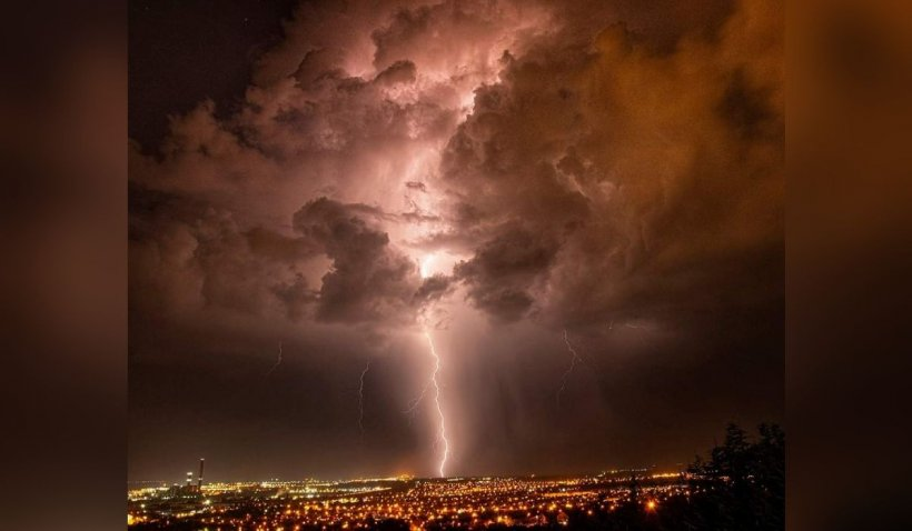 Fotografie spectaculoasă surprinsă în Oradea. Fulgerul care pare că despică cerul