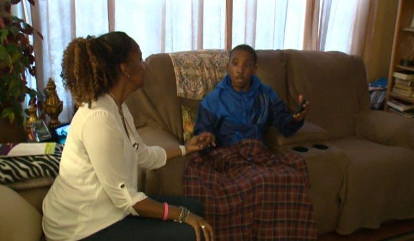 Mama unui copil bolnav de autism a fost dată jos din avion, fără bagaje, din cauza măștii, în SUA