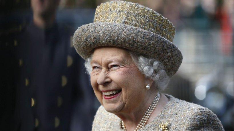 Regina Elisabeta, surprinsă la volan la 95 de ani. Motivul pentru care nu are permis de conducere