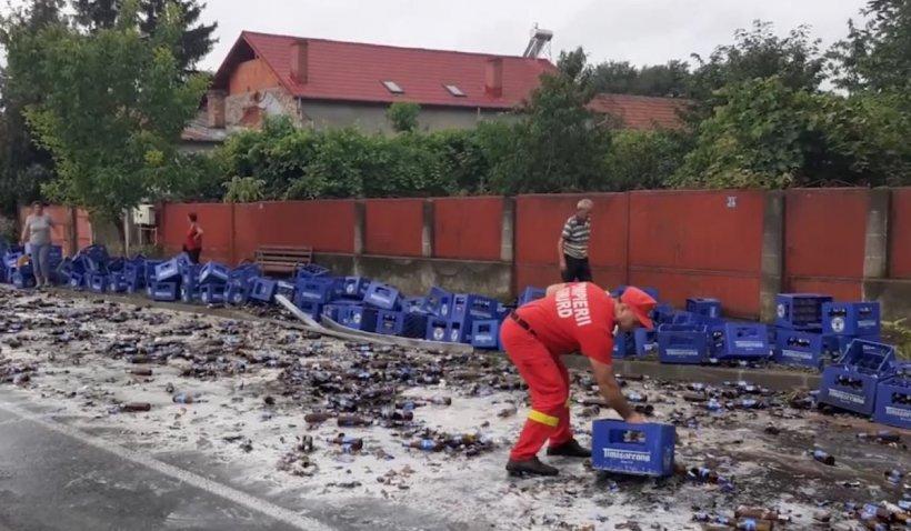 Accident neobișnuit în Vâlcea: O femeie a fost rănită după ce lăzile de bere dintr-un TIR au căzut peste ea