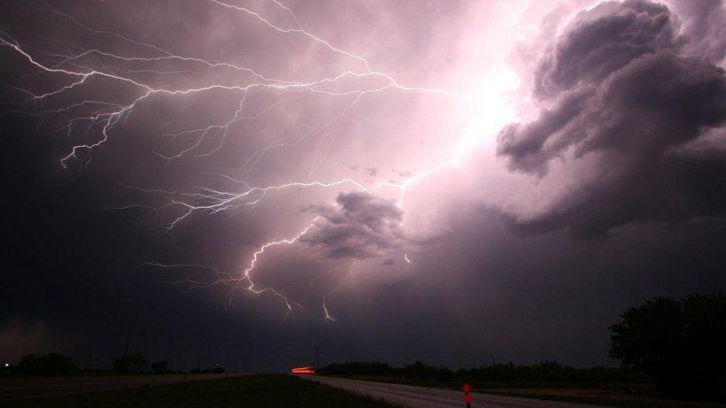 Alertă meteo de vreme severă imediată în 18 județe. Vântul ajunge și la 100 de kilometri pe oră