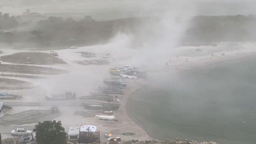 """Furtună puternică în judeţul Constanţa! Turiştii au fost luaţi prin surprindere de """"valurile"""" de nisip"""