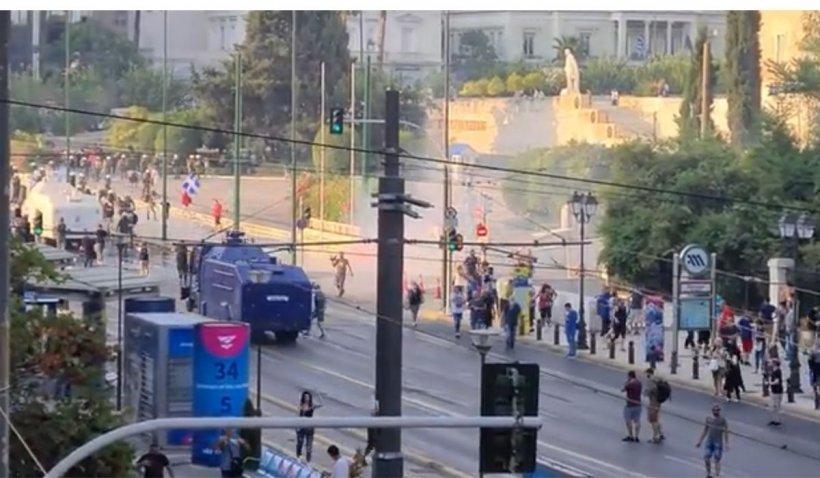 Mii de oameni în stradă, în Grecia, împotriva vaccinării obligatorii. Au fost dispersați cu gaze lacrimogene