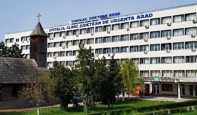 Un tânăr de 20 de ani afectat psihic a sărit de la etajul doi al Spitalului Judeţean din Arad, după care s-a refugiat într-un copac
