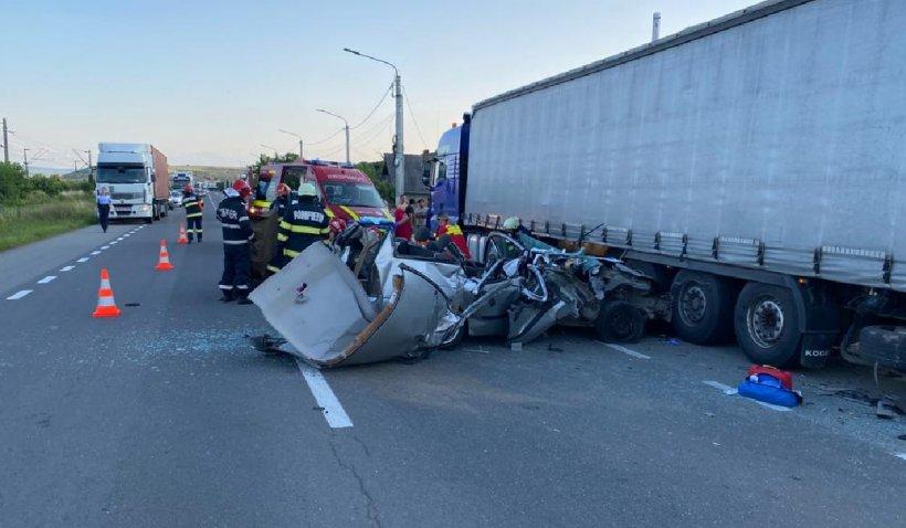 O femeie a murit după ce autoturismul pe care îl conducea s-a izbit violent de un TIR, la Jucu în Cluj