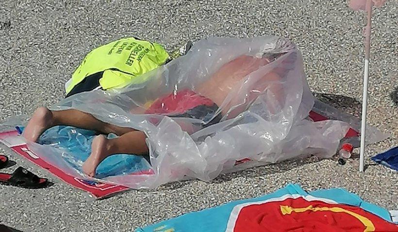 Un bărbat a făcut plajă într-un sac de celofan, în Eforie Nord, iar explicaţia i-a făcut pe turişti să îl felicite