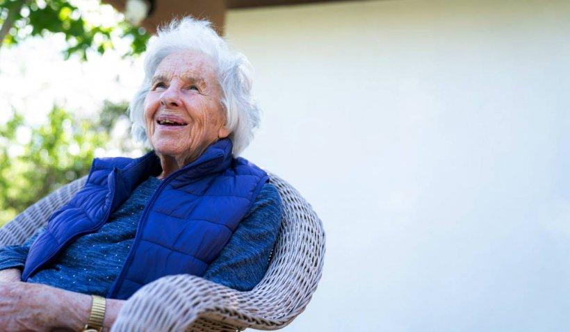 Bătrână de 93 de ani, jefuită de doi medici falși, în București