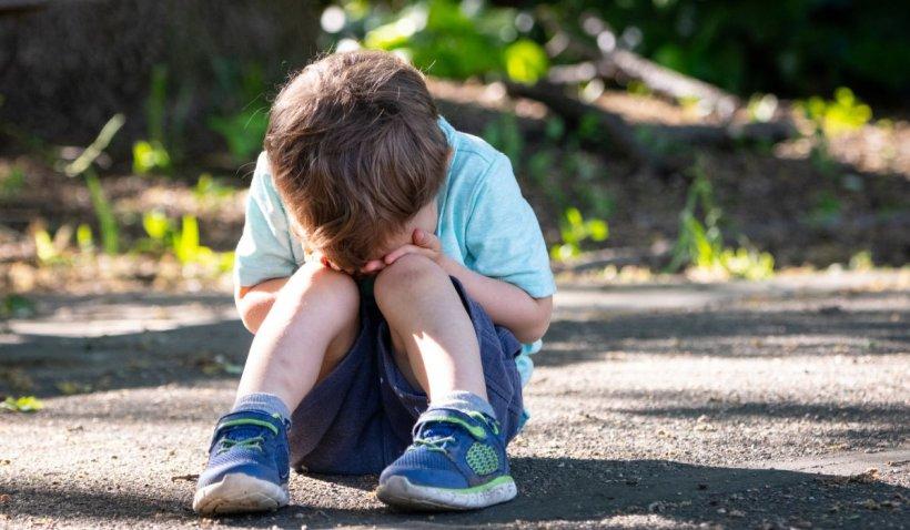 O tânără şi-a abandonat copilul de 5 ani pe o stradă din Galaţi, după ce l-a minţit că îi cumpără covrigi