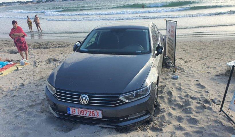 Un turist şi-a parcat maşina pe plaja din Saturn, printre şezlonguri, iar salvamarii au sunat la Poliţie