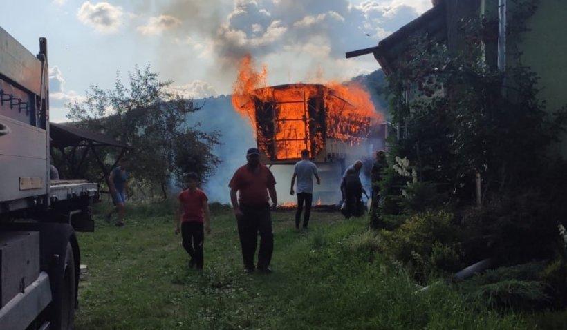 72 de stupi, plini cu albine, miere și ceară, au ars în Maramureș. Vecinii din sat s-au luptat să salveze casa apicultorului