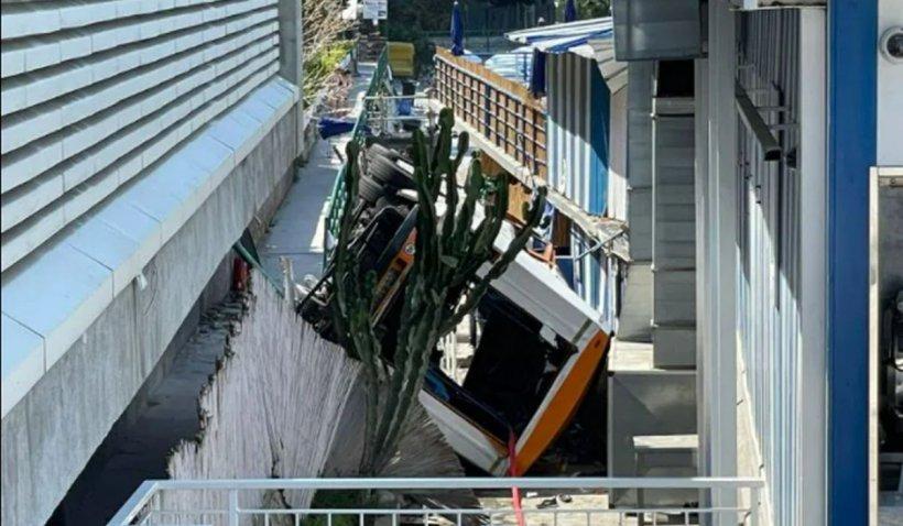 """Un autobuz plin cu oameni a căzut în gol de la 6 metri, în Capri. """"Am văzut cum maşina se înclină, a rupt parapetele și s-a răstunat"""""""
