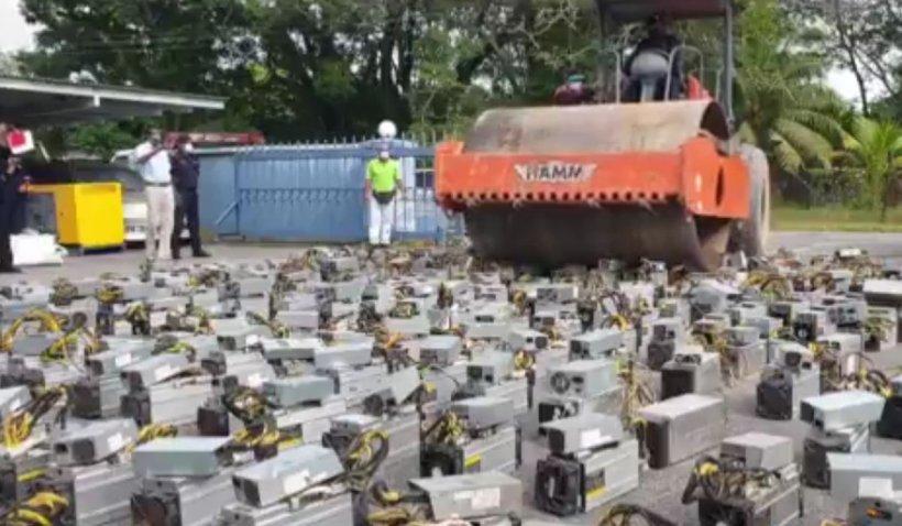 Computerele hoților de curent care minau criptomonede, strivite cu compactorul, în Borneo