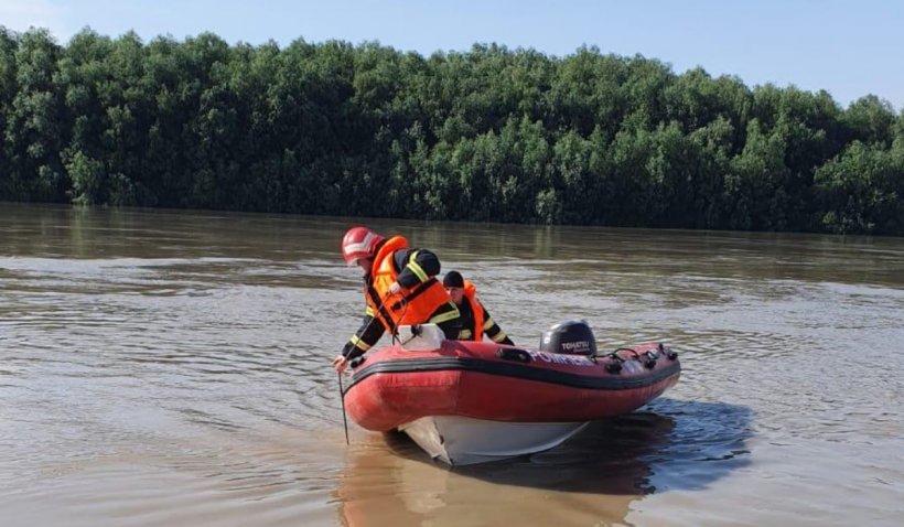 O barcă cu nouă persoane s-a răsturnat în Dunăre, iar un tânăr s-ar fi înecat