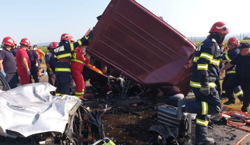 Şapte morţi după un accident devastator între un Mercedes şi un microbuz, în Răcăciuni, Bacău