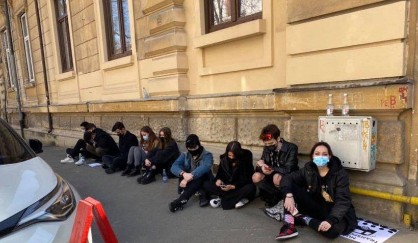 """Protest al elevilor împotriva lui Florin Cîțu: """"După ce că ne lasă fără transport, ne lasă și fără dreptul de a protesta"""""""