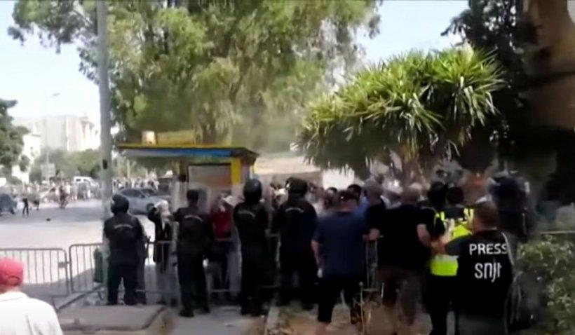 Înfruntări violente în fața Parlamentului blocat de armată, după ce președintele din Tunisia l-a demis pe șeful guvernului