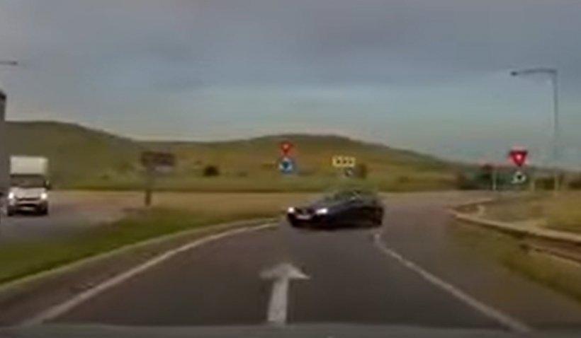 Mașină filmată în timp ce merge pe contrasens pe autostrada A3. Poliția îl caută pe șofer