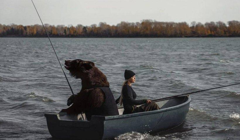 Tânără, filmată în timp ce a ieșit cu un urs la pescuit, cu barca