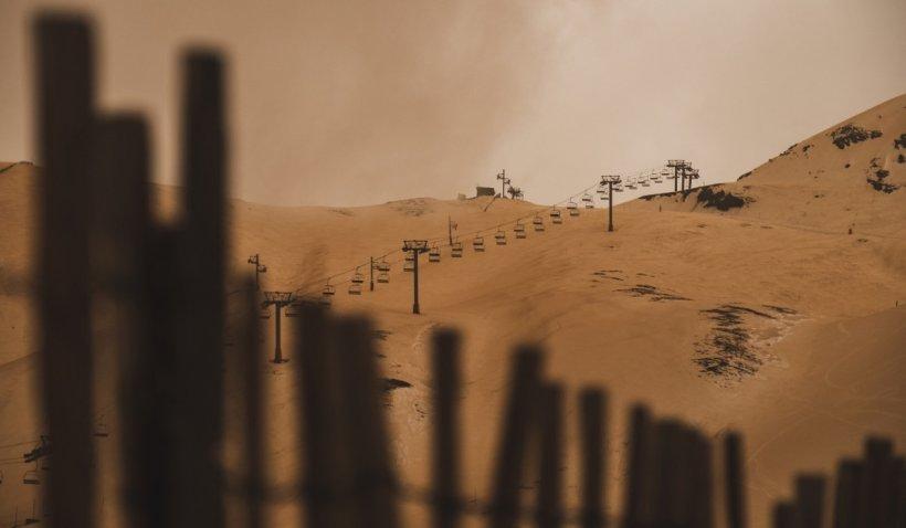 Un val de praf saharian ajunge deasupra României. Pot apărea probleme respiratorii, avertizează medicii