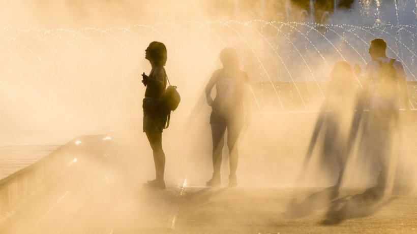 Românii, copleşiţi de căldură, au leşinat pe stradă. Codul portocaliu de caniculă din Capitală, până pe 31 iulie
