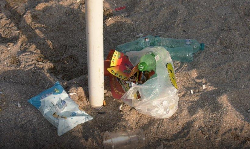 Plin de gunoaie la mare. Lipsa de educație și bun simt a turiștilor nu are limite. Pamperși, plastic și haine lăsate pe plaje